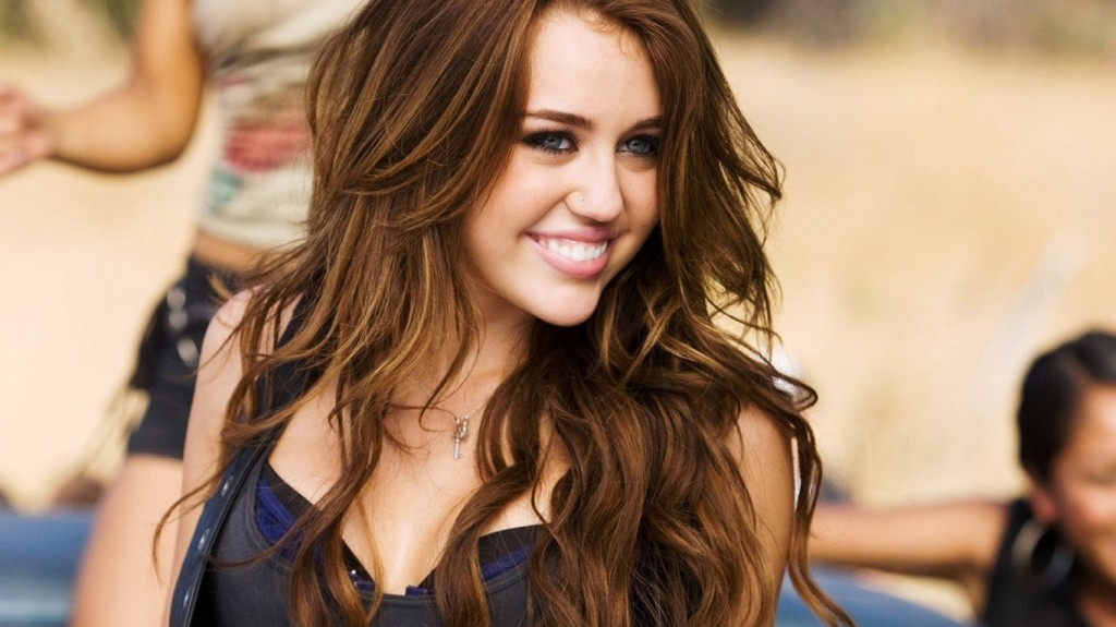 miley-cyrus-old-look-laughing
